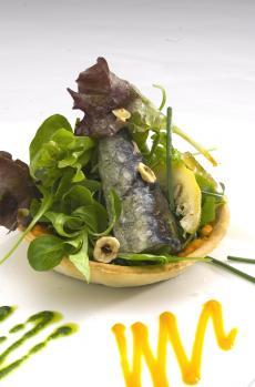 Coca de sardinas con ensalada variada, culis de pimiento amarillo y culis de perejil
