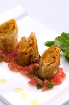Crujiente de bonito con queso mascarpone y concassé de tomate