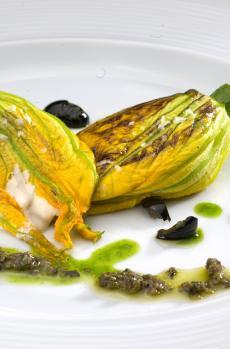 Fleur de courgette avec mousse au thon, basilic et huile d'olive noire et câpres