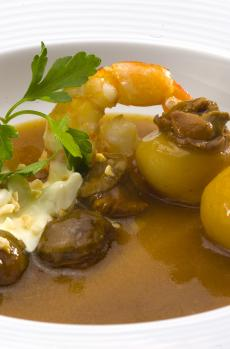 Seafood stew with variegated scallops and king prawns with almond gratin