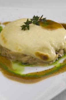 Musaka de bonito gratinado al queso requesón