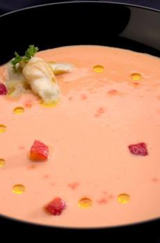 Petit verre de gaspacho de fraises avec couteaux